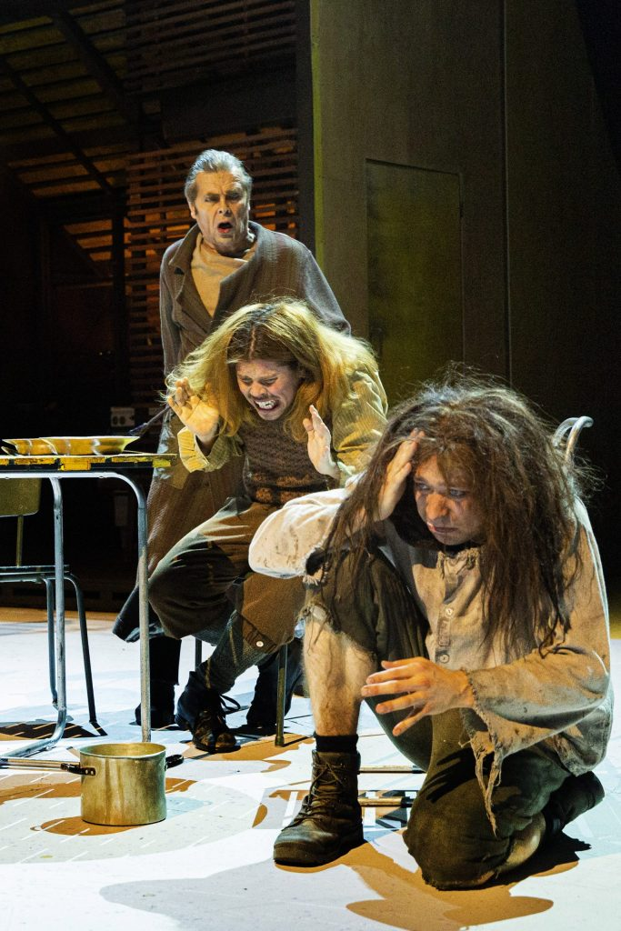 Humiseva harju, herra Earnshaw huutaa Hindleylle ja Heathcliffille